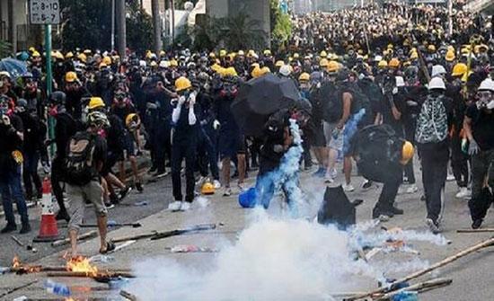 بالفيديو : محتجو هونغ كونغ يرشقون مباني حكومية بقنابل حارقة