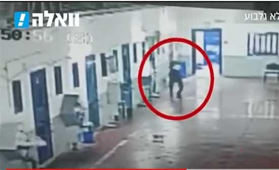 """أسير فلسطيني يرشق سجانه الإسرائيلي في سجن """"جلبوع"""" بماء مغلي .. بالفيديو"""