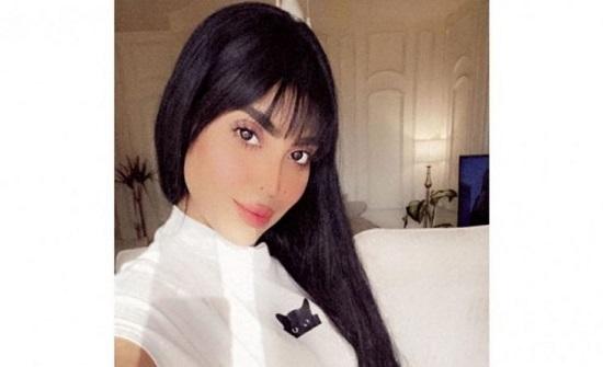 """""""مودل"""" سعودية تقدم إعلانا للعطور بملابس """"فاضحة"""" وتثير جدلا- فيديو"""