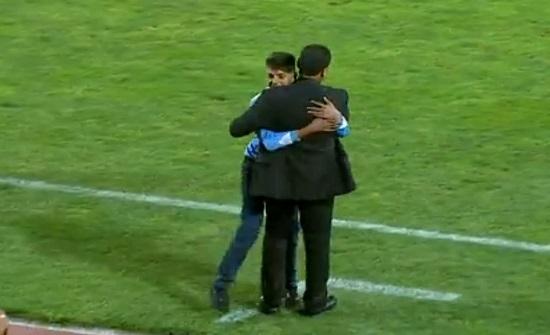 بالفيديو : مشجع يوقف مباراة الفيصلي والجزيرة