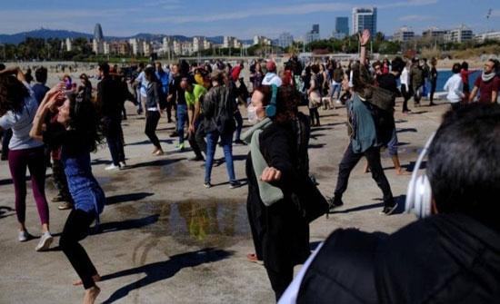 برشلونة :للالتفات على قيود كورونا.. حفلات رقص صامتة على الشاطئ! ( صور )