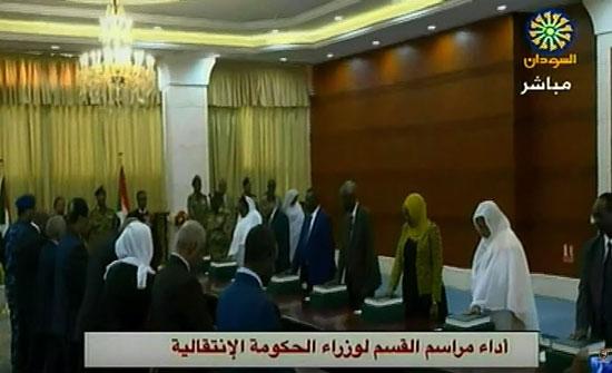 """بالفيديو : حكومة حمدوك تؤدي اليمين أمام """"البرهان"""" ورئيس القضاء"""