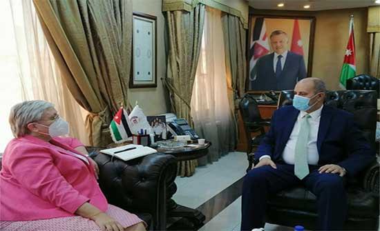 وزير العمل يلتقي السفيرة الكندية