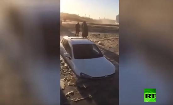 بالفيديو : سيارة تغوص في رمال نهر انخفض منسوبه في نهر الدون