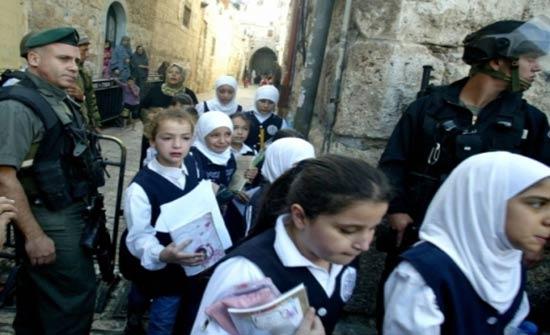 الاحتلال يُخلي مدرسة ويستجوب طلبة وسط الخليل