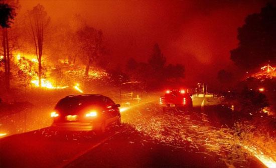 تدمير منازل وقطع كهرباء وإجلاء الآلاف جراء حرائق كاليفورنيا