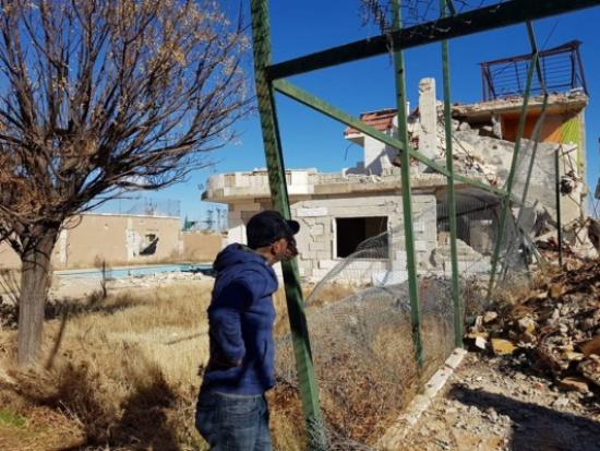 بالصور.. ممثل سوري يخسر منزله في الحرب وهكذا أصبح