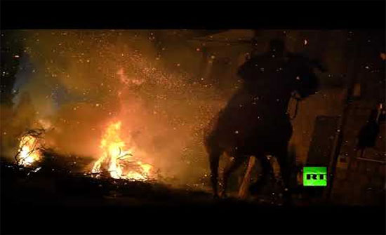 بالفيديو : اجتياز ألسنة اللهب على صهوات الخيل في مدريد