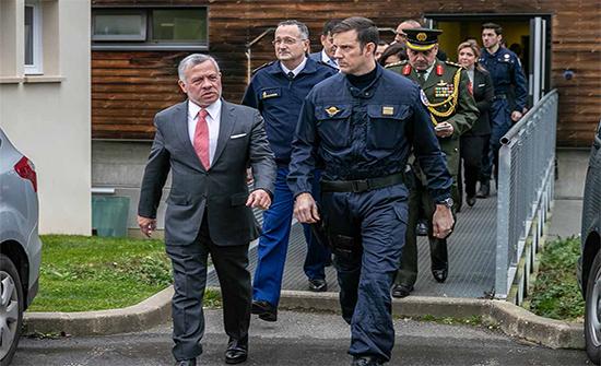 الملك يزور فرقة تدخّل الدرك الوطني الفرنسي ويحضر تمريناً عسكرياً