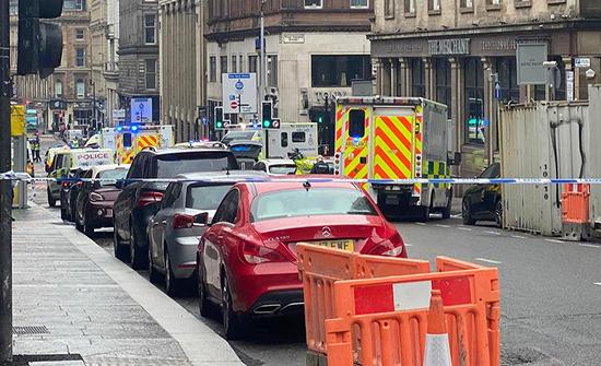 بالفيديو : حادث خطير في أكبر مدن اسكتلندا.. مهاجم يطعن شرطيا ومارة