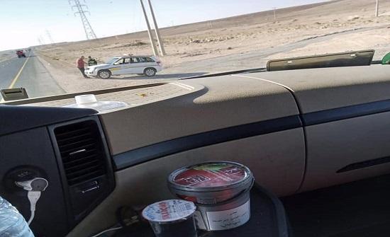 صور : ضبط سائق تريلا يدخن الأرجيلة أثناء القيادة