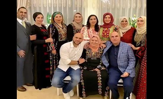 شاهد : اغرب تهاني في العيد يبتكرها فلسطينيون محرومون من العودة