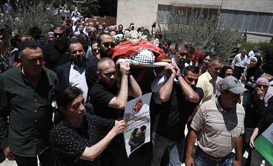 """منعتها إسرائيل من تشييعها...قيادية فلسطينية تودع ابنتها بـ """"وردة"""""""