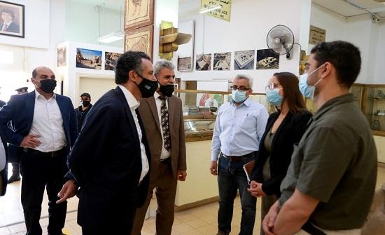 الفايز يطلع على مشروعي المسار السياحي وتوثيق القطع الأثرية في جبل القلعة