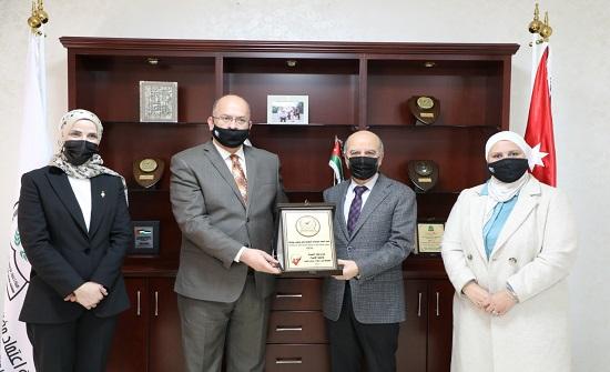 هيئة الاعتماد تمنح شهادة الجودة لكلية الصيدلة في جامعة الإسراء