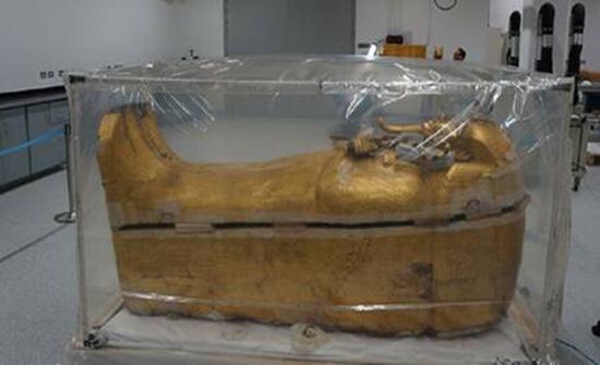 شاهد : بدء عمليات ترميم تابوت توت عنخ آمون في مصر
