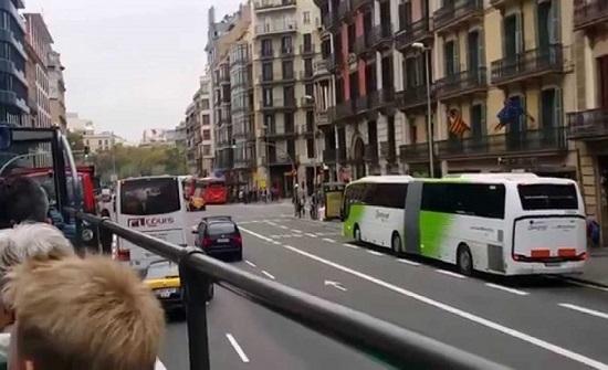 بالفيديو.. الشرطة الاسبانية تؤدي رقصات للشعب في الشارع للتخفيف من وطأة الحجر الصحي