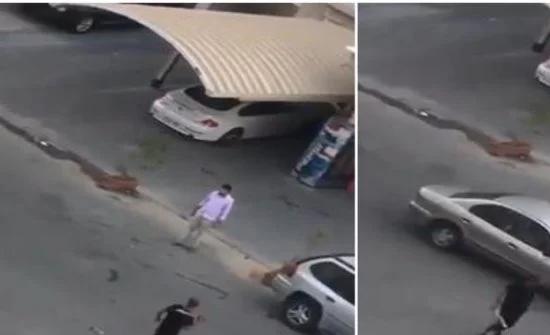 شاهد: مصري يحمل ساطور و يهاجم المارة في الشارع بالكويت