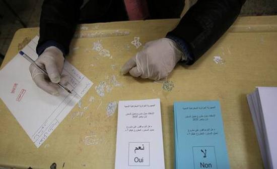 انتهاء التصويت في استفتاء تعديل الدستور بالجزائر وضعف واضح في الإقبال