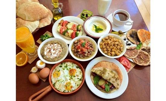 شيخ أزهري : المرأة التي لا تعد الإفطار لزوجها آثمة