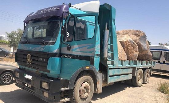ضبط شاحنة مخالفة محملة بالبازلت وتوقيف سائقها في الهاشمية