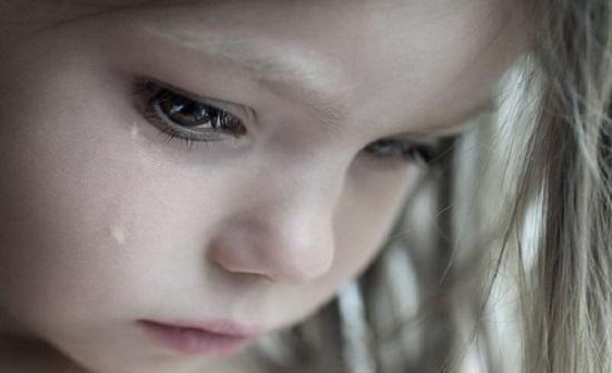 حالة نادرة للغاية .. فتاة تذرف من عينيها دمًا .. صورة