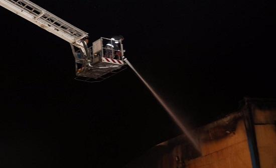 بالصور : الدفاع المدني يخمد حريق مستودع في الزميله