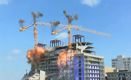 شاهد: لحظة تدمير رافعتين بالمتفجرات بعد انهيار مبنى في امريكا