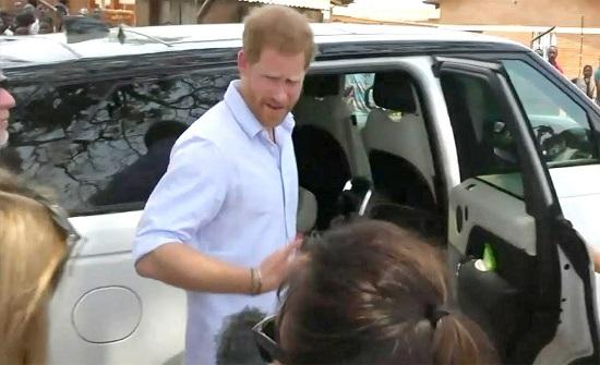 الأمير هاري يوبخ صحفية ضايقته (فيديو)