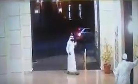 بالفيديو : مسنّ سعودي يُفشل محاولة لصين سرقته عند باب مسجد ويوجه لكمة لأحدهما