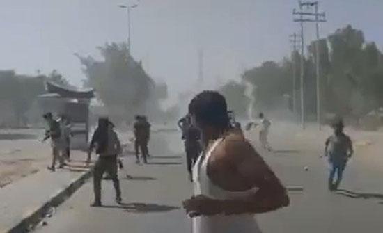 متظاهرو النجف يطالبون بإقالة المحافظ.. والأمن يفرقهم بالنار .. بالفيديو