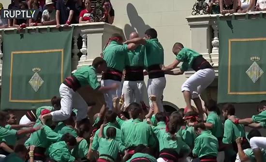 شاهد : انهيار برج بشري في مهرجان كاتالونيا التقليدي