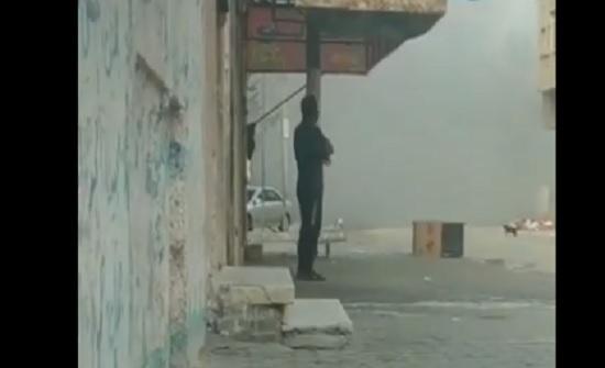 شاهد : رباطة جأش خيالية .. شاب فلسطيني لم يتحرك من مكان بعد سقوط صاروخ مدمر