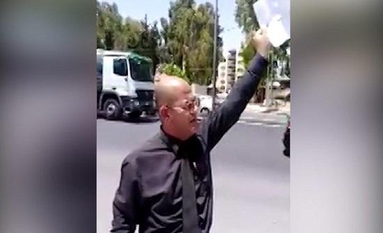 بالفيديو : دكتور اردني يحرق شهادته الجامعية