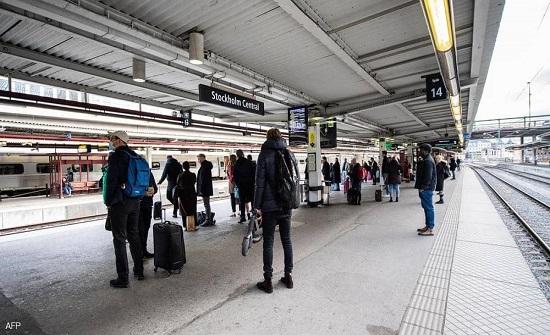حادثة تهز السويد.. ترمي بنفسها وطفليها أمام القطار