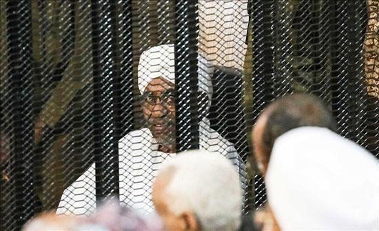 النائب العام السوداني يبحث تسليم البشير للجنائية الدولية