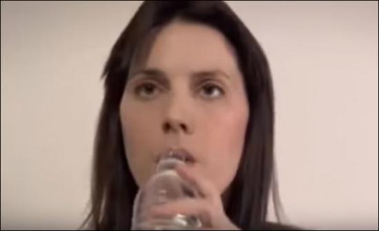 بالفيديو- مسابقة غريبة تنتهي بموت هذه الأم!