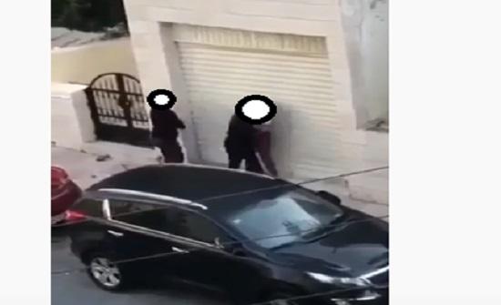 """بالصور .. عمان : فتاة تضرب شاب """" كف """" وتشد شعره خلال مشاجرة بينهما في الشارع"""