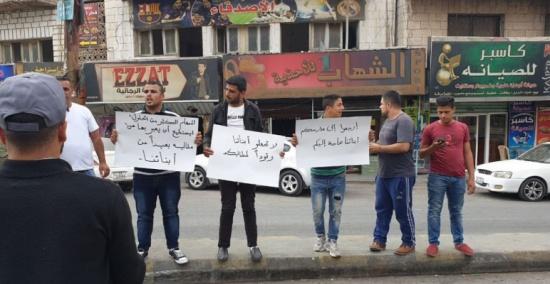 بالصور : اهالي طلبة يطابون المعلمين بالعودة الى مدارسهم