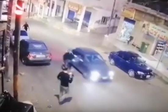 اربد : أب ينقذ ابنه من حادث دهس مروع (فيديو)