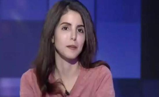 السعودية فوز العتيبي عارية وتلف نفسها ببطانية وترتمي في أحضان زوجها على السرير! (فيديو)