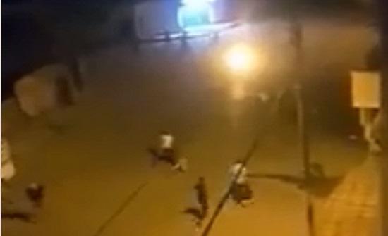 بالفيديو :  شاهدوا كيف تم الاعتداء على مركبات الامن العام في الكرك