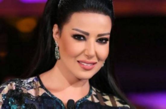 محمد رمضان يحمل سمية الخشاب بفستان الزفاف الى جانب طليقها احمد سعد.. فيديو