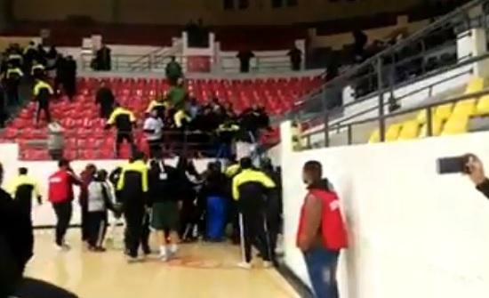 """بالفيديو : اشتباك بالايدي بين لاعبي """" الاهلي """" وجمهور الوحدات"""