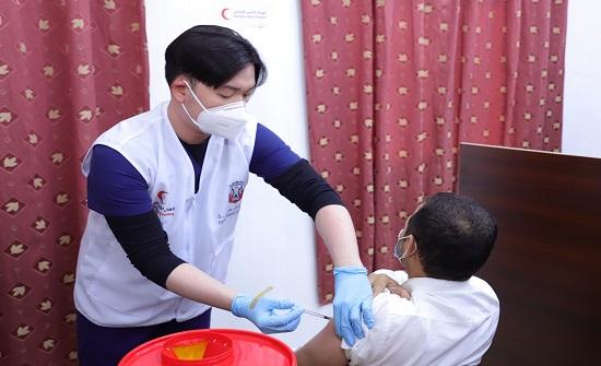 بدء حملة تطعيم اللاجئين السوريين في المخيم الإماراتي الأردني بالأزرق