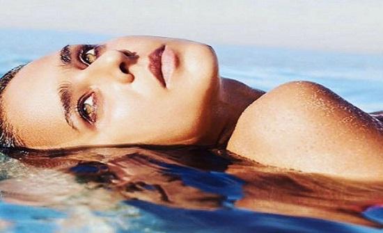 """نيللي كريم تسبح في فيتامين """"sea""""!"""