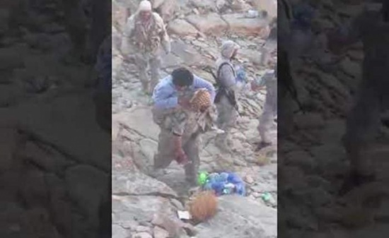 بالفيديو: جندي يحمل زميلاً له أُصيب في قدمه ويصعد به الجبل