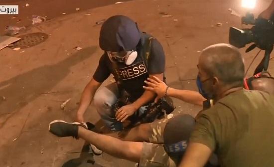 شاهد.. لحظة إصابة مصور في اشتباكات بيروت على الهواء