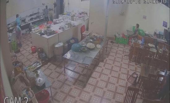 """لحظة إلقاء رجل """"مية نار"""" في وجه عاملة داخل مطعم (فيديو)"""