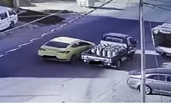 عمان : القبض على شخص سرق اسطوانات غاز من مركبة توزيع - فيديو